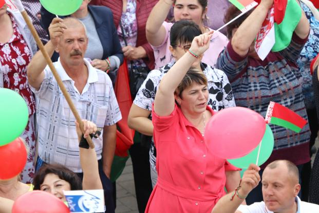 В Хойниках депутат Жанна Чернявская приняла участие в митинге в поддержку мира, безопасности и спокойствия в стране
