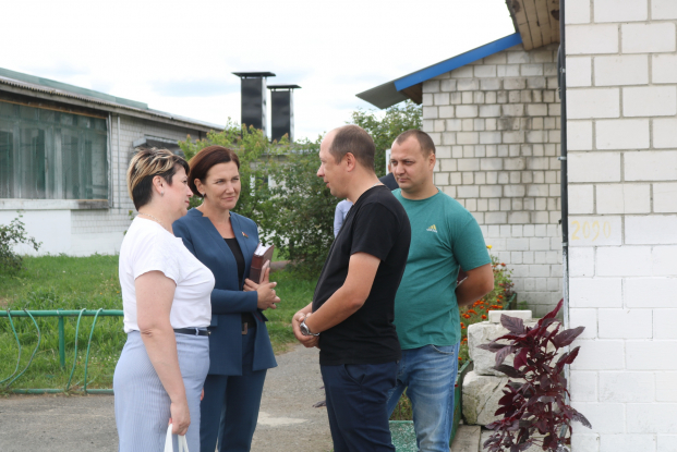Жанна Чернявская посетила Лоевский район и встретилась с трудовыми коллективами Лоевского РЭС и МТФ «Волкашанка»